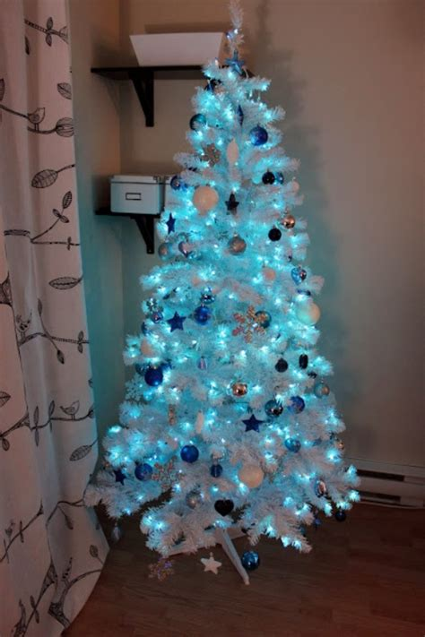 25 Blue Color Theme Christmas Tree Decorations Ideas - MagMent